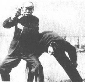 """Sensei Jigoro Kano aplicando a técnica conhecida como """"Waki Gatame"""""""