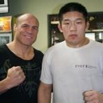Satoshi Ishii ao lado de Randy Couture