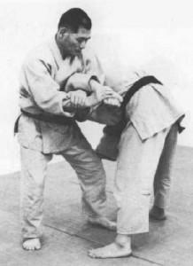 Kimura demonstrando o Ude-Garami, técnica do Judô que foi batizada com seu nome, no Jiu-Jitsu