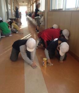 Crianças japonesas limpando a escola