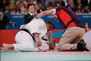 Atleta recebendo atendimento médico após lesão em competição