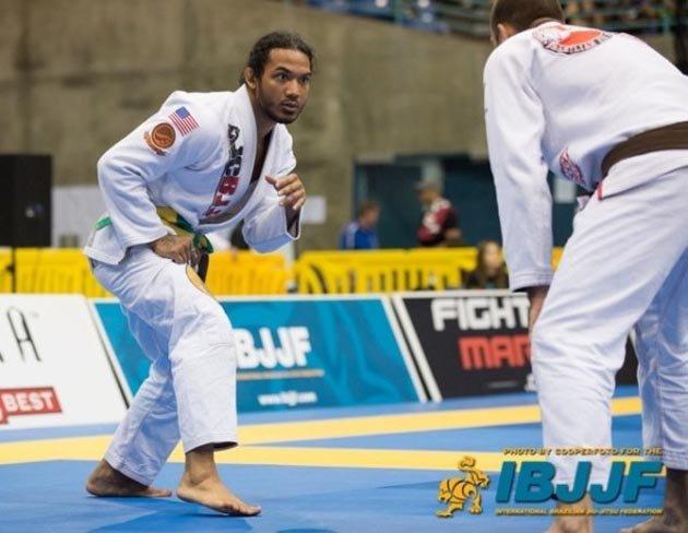 Benson Henderson em competição de Jiu-Jitsu: lutas começam em pé.