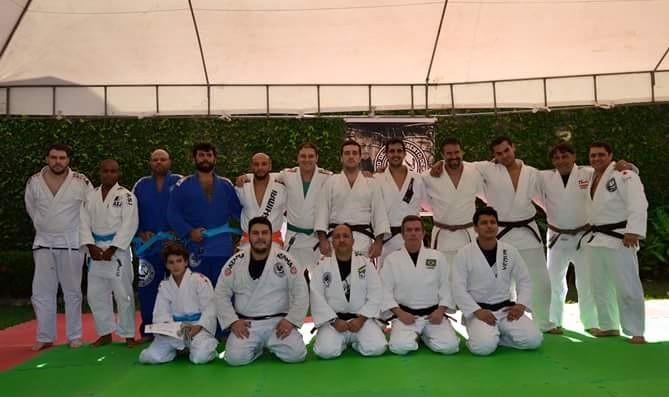 Eugênio Simões, ao centro, ao lado do Sensei Tiago Jacaré